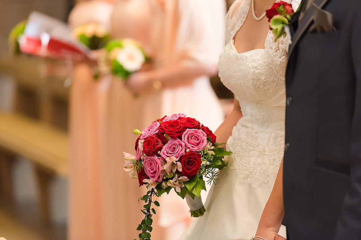 Hochzeitsfotografie - Nahaufnahme des Paars in der Kirche